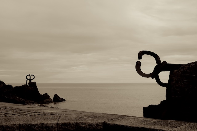 Peine del Viento sculpture